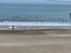 隣の海水浴場でサーフィン